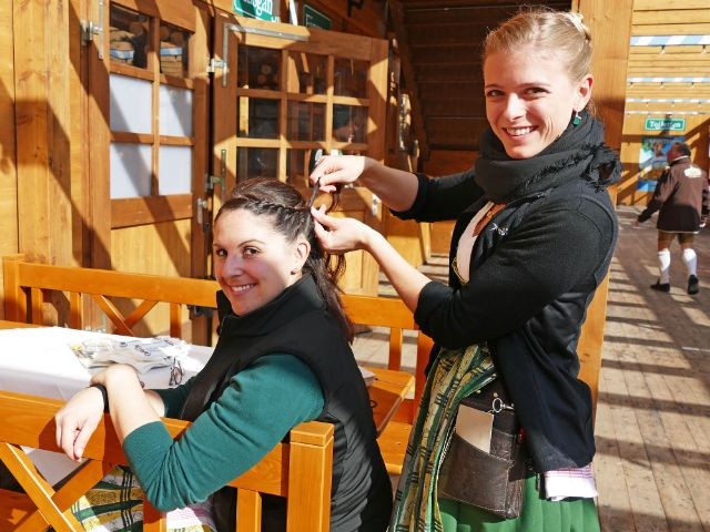 Wiesnbedienungen flechten sich die Haare, Foto: muenchen.de/Leonie Liebich