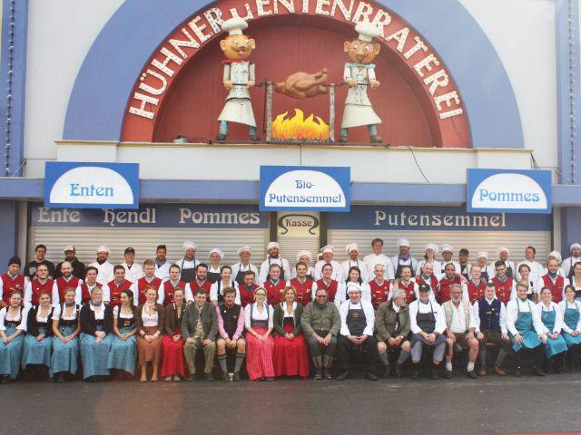 Gruppenfoto der Angestellten des Ammer-Festzelts auf der Wiesn, Foto: muenchen.de / Leonie Liebich