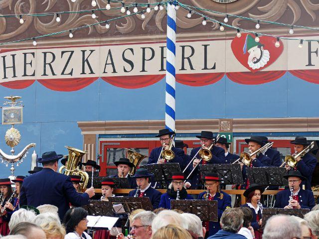 Tanngrindler Musikantenstammtisch spielt vorm Herzkasperl Festzelt, Foto: muenchen.de/Leonie Liebich