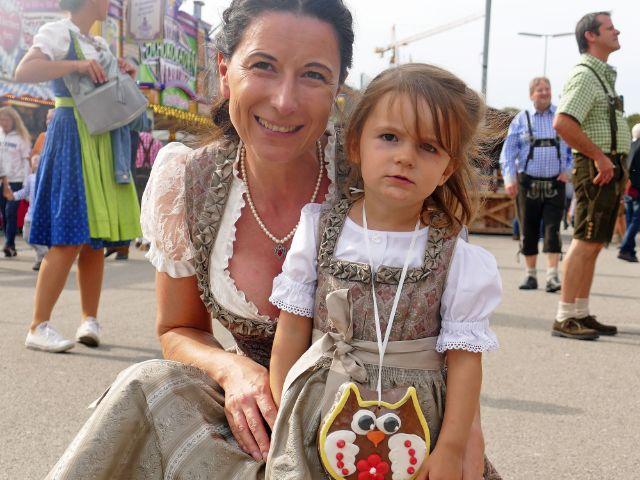 Mutter und Tochter im Dirndl-Partnerlook, Foto: muenchen.de/Leonie Liebich