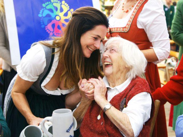 Natalie Schmid mit Seniorin Maria Regina, Foto: muenchen.de / Dan Vauelle
