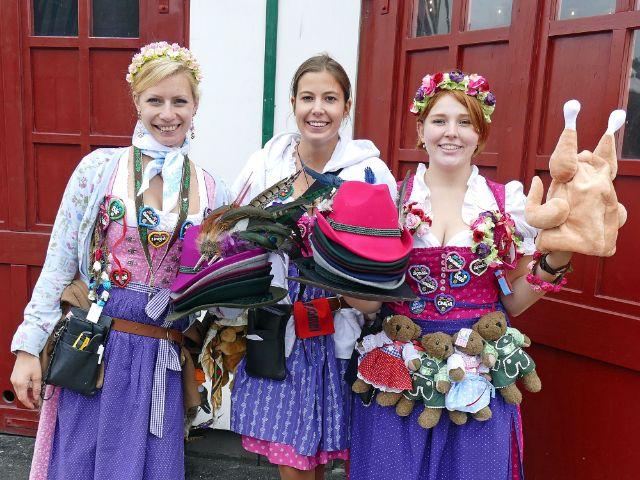 Drei Souvenirverkäuferinnen vor dem Schottenhamel Festzelt, Foto: muenchen.de/Leonie Liebich