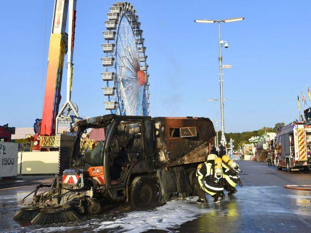 Feuerwehr löscht Kehrmaschine auf dem Oktoberfest, Foto: Feuerwehr München