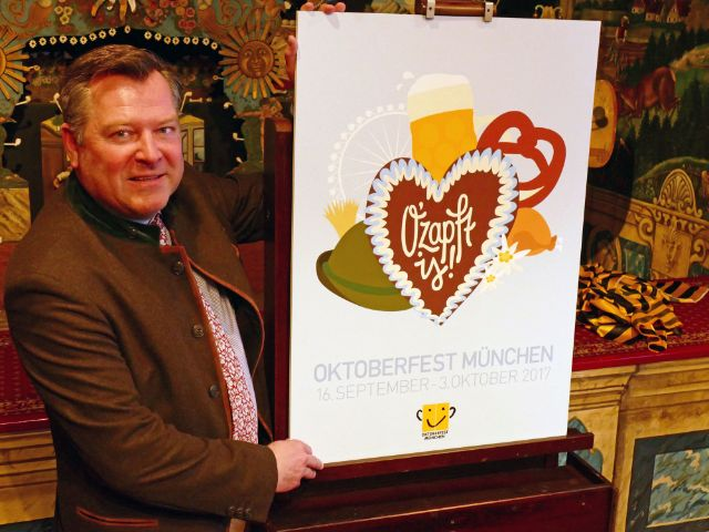 Bürgermeister Schmid mit Siegerentwurf des Oktoberfest-Plakatwettbewerbs 2017., Foto: Leonie Liebich/muenchen.de
