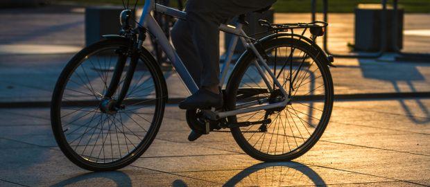 Radfahrer bei Nacht., Foto: Dejan Lazarevic / Shutterstock.com