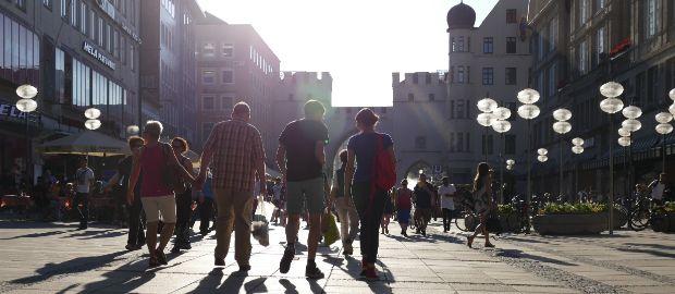 Passanten in der Neuhauser Straße vor dem Karlstor bei Sonnenuntergang, Foto: muenchen.de/Mark Read