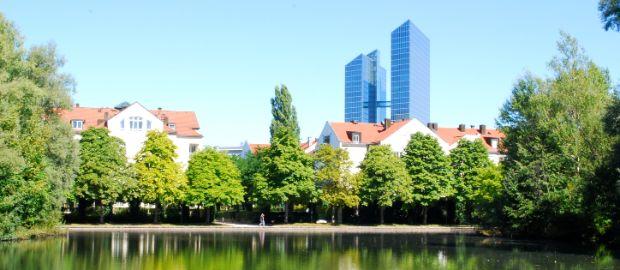 Schwabinger See mit den Highlight Towers im Hintergrund, Foto: Michael Neißendorfer