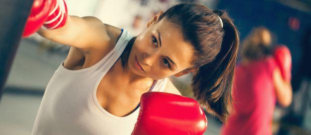 Frau beim Boxtraining, Foto: zeljkodan / Shutterstock.com