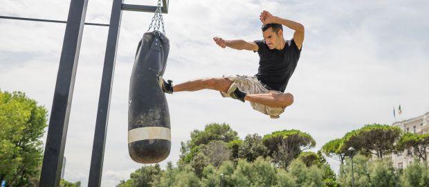 Kung Fu Kämpfer tritt gegen Sandsack, Foto: oneinchpunch/Shutterstock.com