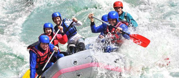 Gruppe junger Leute beim Wildwasser-Rafting, Foto: Strahil Dimitrov / Shutterstock.com