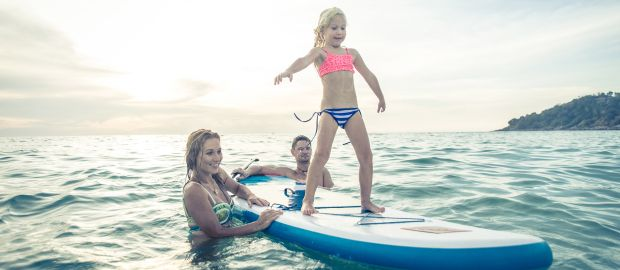 Familie beim Stand Up Paddling, Foto: oneinchpunch / Shutterstock.com