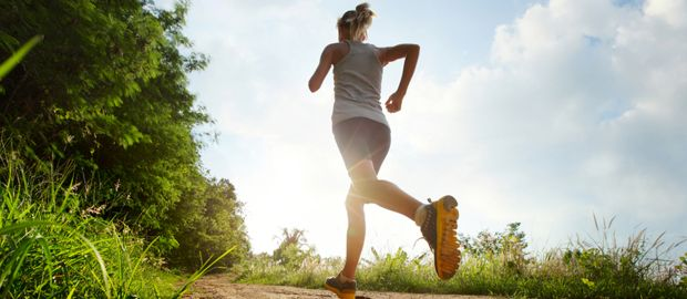 Frau joggt im Park, Foto: Dudarev Mikhail / Shutterstock