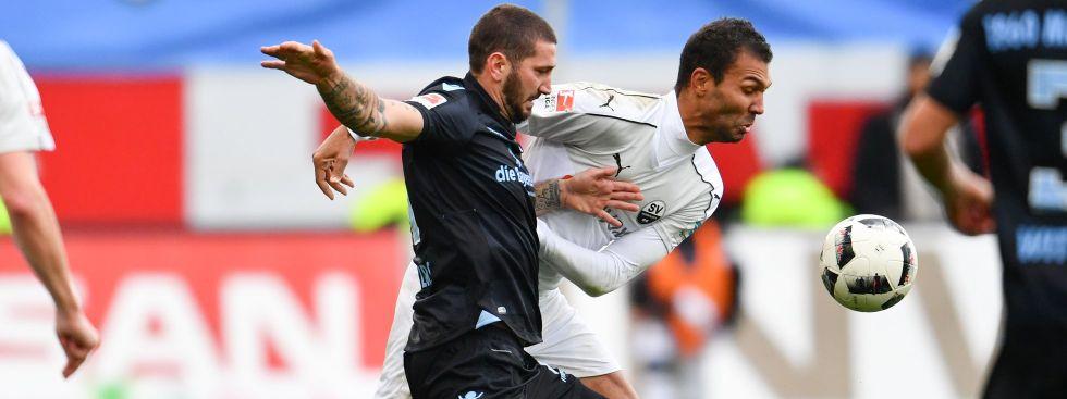 Münchens Sascha Mölders (l) und Sandhausens Daniel Gordon kämpfen um den Ball, Foto: dpa