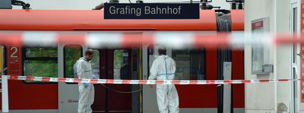 Polizeiabsperrung am Bahnhof Grafing nach der Messerattacke vom 10.5.2016, Foto: Andreas Gebert/dpa