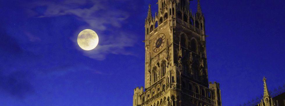 Mond über dem Marienplatz., Foto: picture alliance / blickwinkel