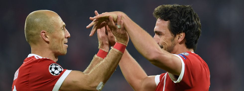 Arjen Robben (l) und Torschütze Mats Hummels von München jubeln über das 3:0., Foto: dpa
