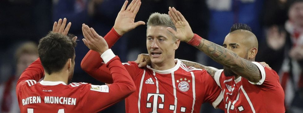 Bayerns Bernat, Lewandowski und Vidal jubeln., Foto: picture alliance / AP Photo
