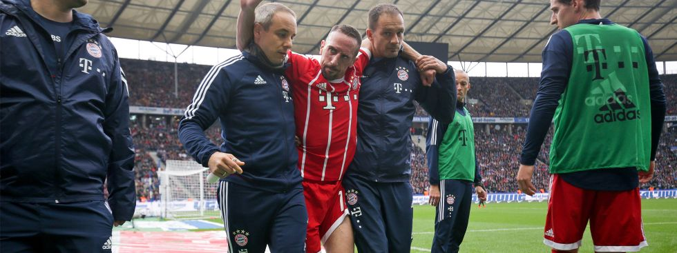 Ribery wird vom Platz getragen., Foto: dpa