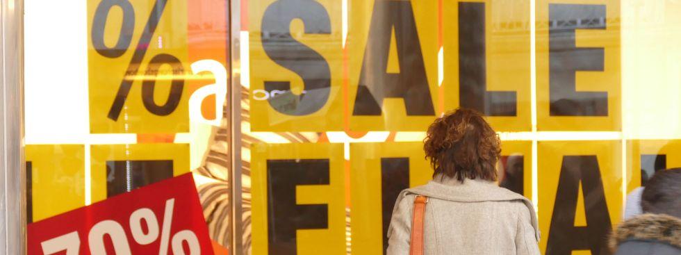 Plakat mit Rabatt-Ankündigungen im Schaufenster., Foto: muenchen.de/Lukas Fleischmann