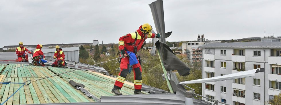 """Sturm """"Herwart"""" -  In der Prager Straße lösten sich Teile der Blechbedachung eines fünfstöckigen Gebäudes, Foto: Foto der Berufsfeuerwehr München"""