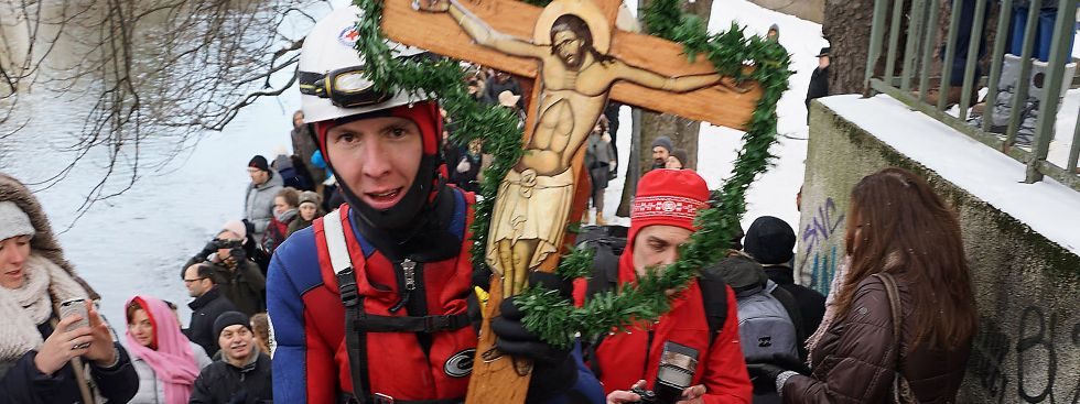 Traditionell segnen die griechisch-orthodoxen Christen am Dreikönigstag das Wasser der Isar, Foto: muenchen.de/ Dan Vauelle
