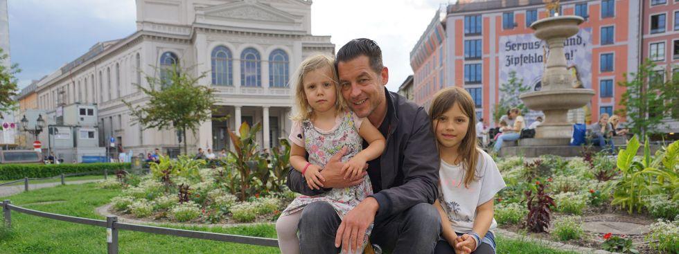 Kameramann Uli Kurzmeier mit seinen Töchtern loni (3) und Ilvy (8) am Gärtnerplatz , Foto: muenchen.de/Dan Vauelle