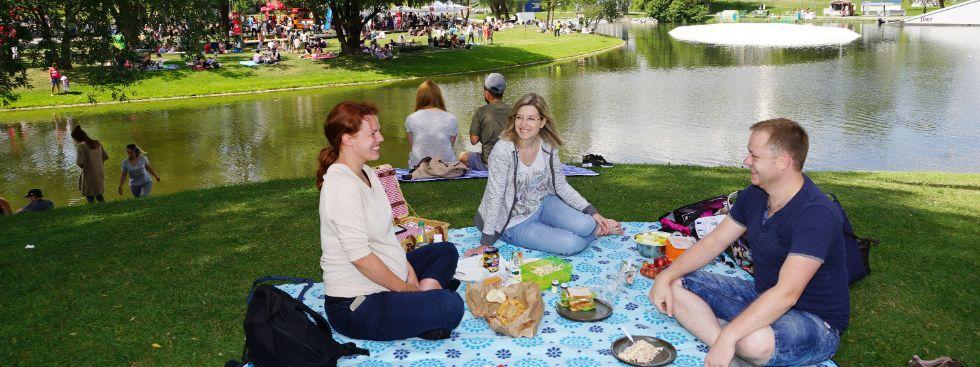 Junge Leute beim Picknick, Foto: muenchen.de/ Dan Vauelle