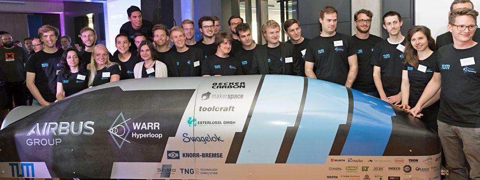 Die Studierendengruppe WARR von der TU München vor ihrem Hyperloop Pod, Foto: Uli Benz / TUM