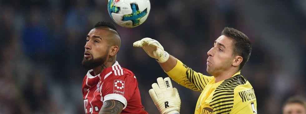 Bayern München gegen VfL Wolfsburg: Arturo Vidal (links) und Wolfsburgs Keeper Koen Casteels , Foto: picture alliance / abaca