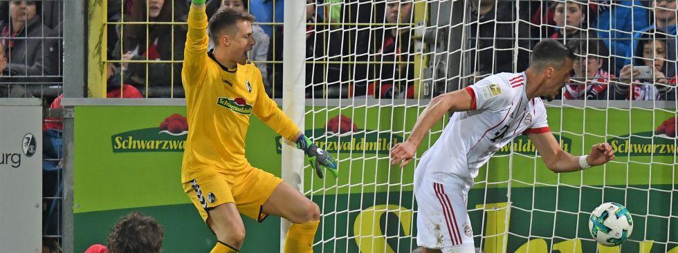 Sandro Wagner (r) von München erzielt das 3:0 Torwart Alexander Schwolow von Freiburg., Foto: dpa