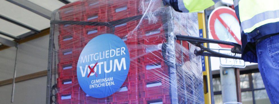Stimmen zum SPD-Mitgliederentscheid über die GroKo werden am 3.3.2018 in Berlin zum Auszählen gebracht, Foto: picture alliance/ZUMA Press