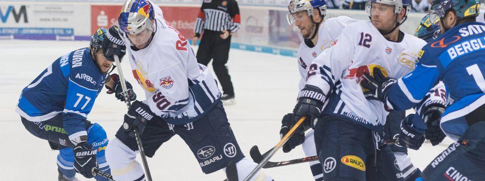 Kampf um die Scheibe im Spiel Ingolstadt gegen den EHC., Foto: Red Bull / Gepa Pictures