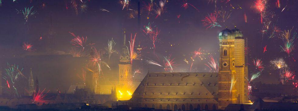 Jahreswechsel 2015 - Blick vom Olympiaturm auf die Frauenkirche, Foto: Felix Hörhager/dpa