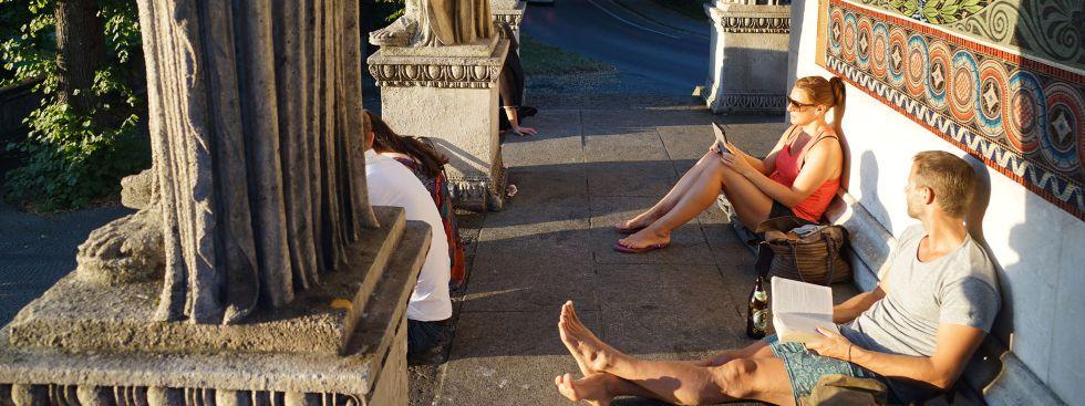 Lesen in der Sonne am Friedensengel, Foto: muenchen.de / Dan Vauelle