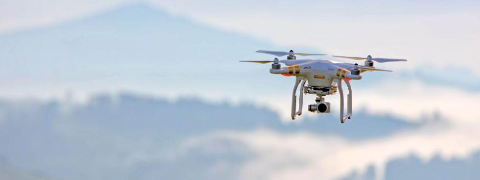 Drohne vor Bergpanorama, Foto: Ricardo Gomez Angel, pexels.com