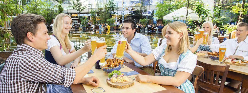 Bayrische Köstlichkeiten im Biergarten am Flughafen München genießen