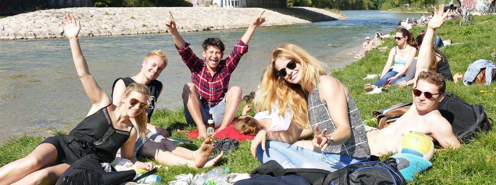 Den Frühling an der Isar genießen: Jugendliche freuen sich, Foto: Leonie Liebich