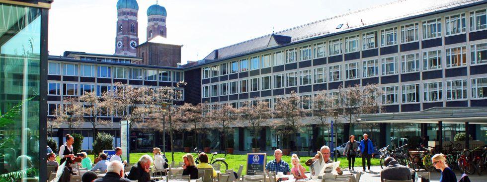 Innenhof beim Amtsgericht mit Blick auf die Frauenkirche, Foto: muenchen.de / Leonie Liebich