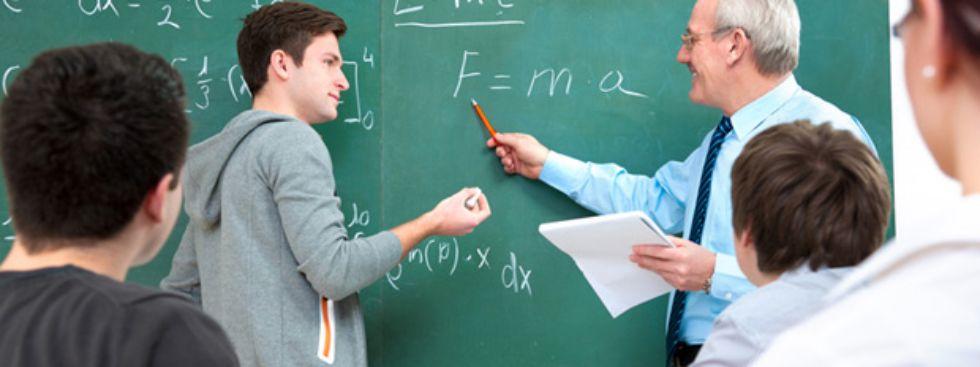 Schüler mit Lehrer an der Tafel, Foto: Alexander Raths / Shutterstock