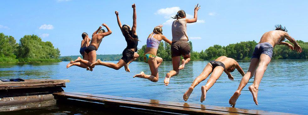 Jugendliche springen in den Badesee, Foto: Shutterstock
