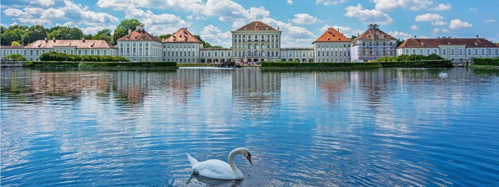 Nymphenburger Schloss an einem Sommertag mit Schwan, Foto: muenchen.de/Michael Hofmann