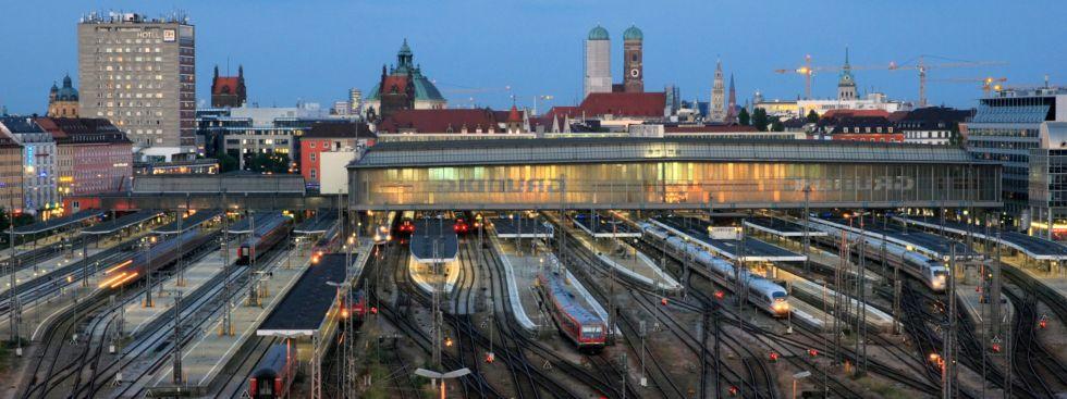 Abenddämmerung in München - Blick vom Zentralstellwerk auf den Hbf und die Stadt, Foto: Deutsche Bahn AG/Uwe Miethe