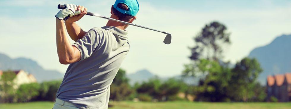 Golfer beim Abschlag, Foto: Warren Goldswain / Shutterstock.com