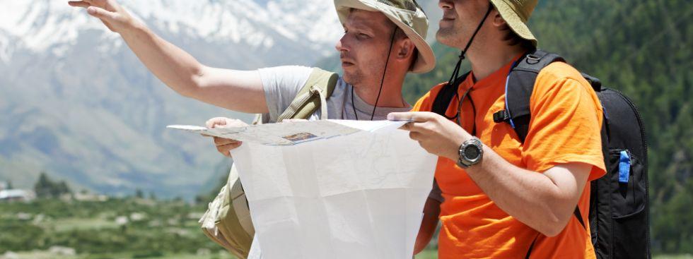 Zwei Männer beim Wandern mit einer Karte in den Bergen., Foto: Dmitry Kalinovsky / Shutterstock