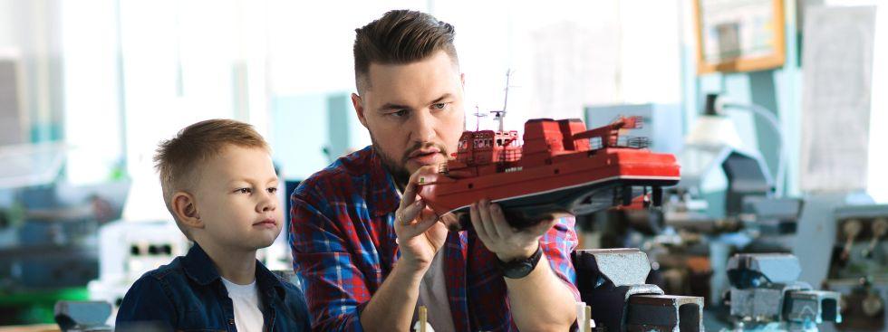 Vater und Sohn basteln ein Modellschiff, Foto: Andrey Ershov / Shutterstock