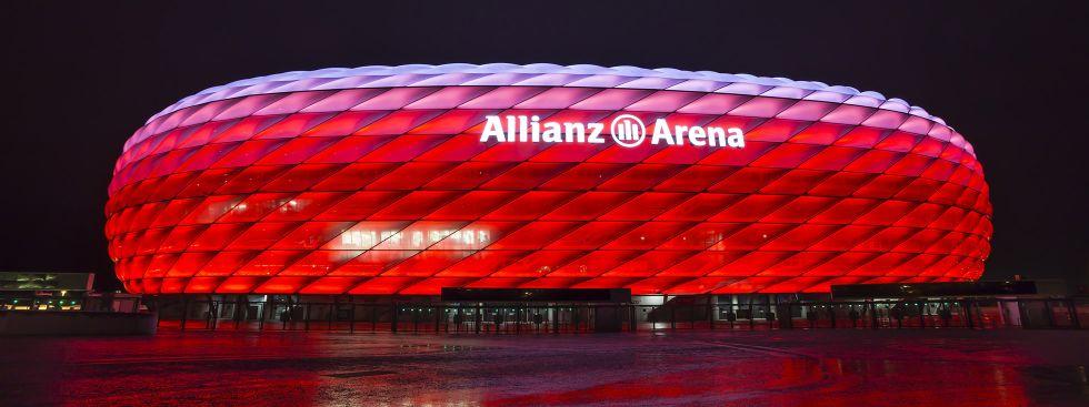 Allianz Arena rot beleuchtet, Foto: 381219166/Isaac Mok / Shutterstock.com