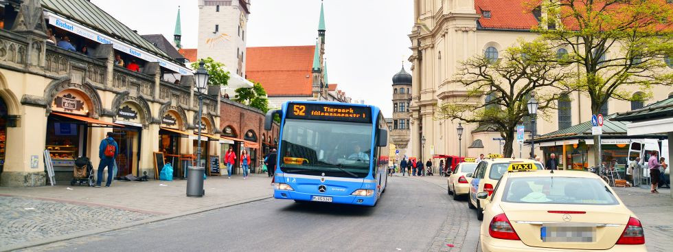 Bus 52 fährt am Viktualienmarkt vorbei