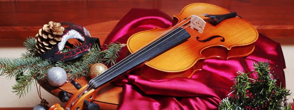 Violine mit Weihnachts-Deko