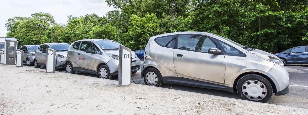 Elektroautos laden an Ladesäulen