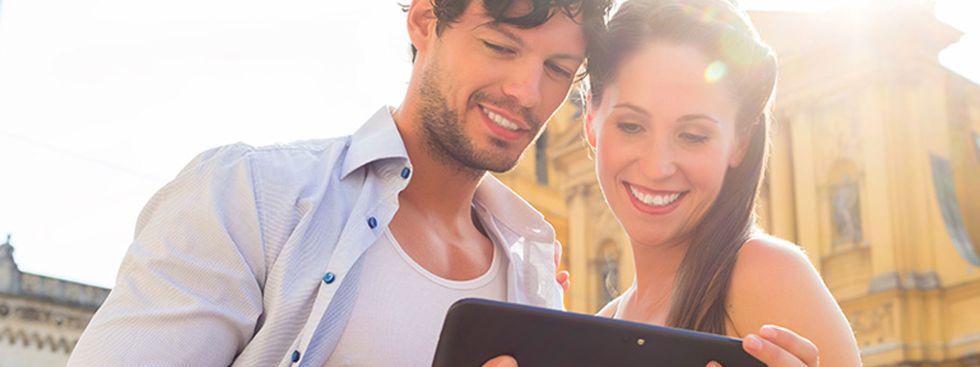 Ein Paar mit Tablet auf dem Odeonsplatz, Foto: Kzenon/Fotolia